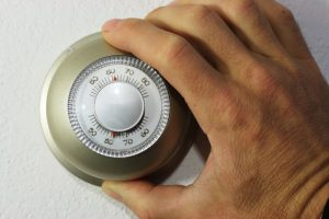 hand-setting-thermostat
